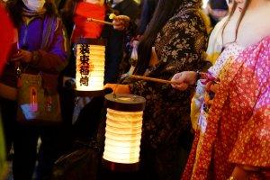 提灯に灯りが点りました。これから王子稲荷神社へ向けて出発です。