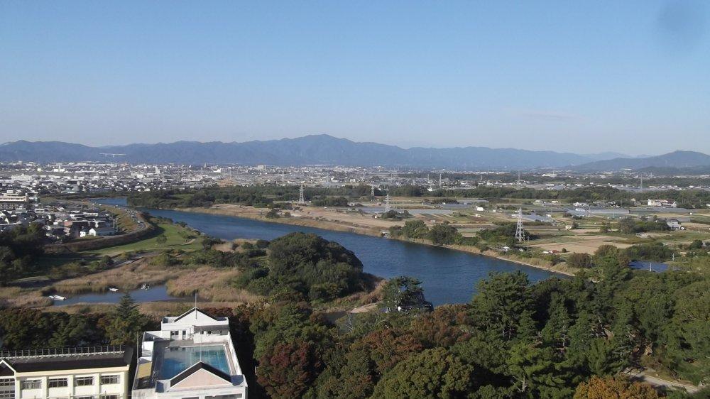 มองไปยังชานเมืองและแมน้ำ