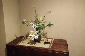 <p>แจกันดอกไม้ที่จัดอย่างปราณีตตั้งอยู่ตามจุดต่างๆ</p>
