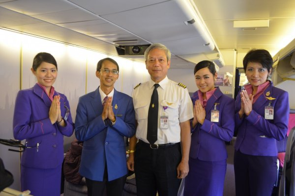 """เที่ยวบินTG643ของสายการบินไทย บินตรงจากสนามบินนาริตะสู่สนามบินสุวรรณภูมิ ภายในระยะเวลาเพียง5ชั่วโมงเท่านั้น แล้วคุณจะประทับใจกับการให้บริการของพนักงานต้อนรับและการทำการบินที่นุ่มนวลดังคำขวัญที่ว่า""""Smooth as Silk"""""""