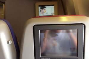วีดีโอสาธิตวิธีการใช้อุปกรณ์เพื่อความปลอดภัยเมื่อเกิดเหตุฉุกเฉินขณะทำการบิน
