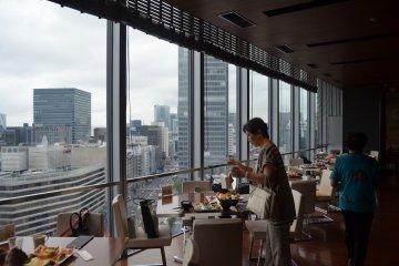 <p>บรรยากาศภายในร้านที่สามารถมองเห็นวิวรอบโตเกียวได้</p>