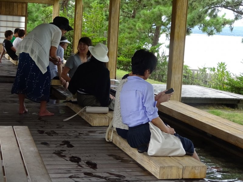 <p>How about enjoying yourself at this foot onsen&nbsp;while gazing out over the ocean?</p>