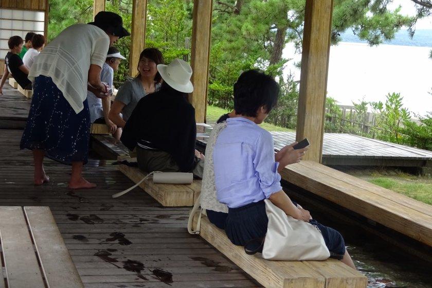 Bagaimana dengan menikmati diri di onsen kaki sambil menatap lautan?