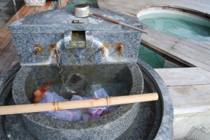 Merebus telur di onsen umum di Wakura Hot Spring Resort
