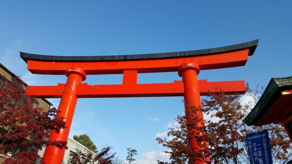 Portão torii vermelho em frente ao santuário