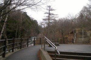 "Jalur pejalan kaki elegan ""Ryuzu Cascade Terraces"" dimana pengunjung dapat menikmati keindahan Air Terjun Ryuzu."
