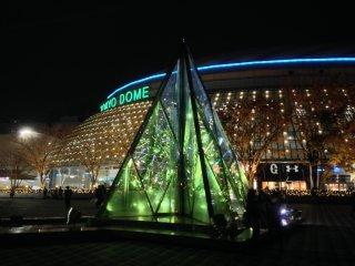 Suasana Tokyo Dome yang dibalut permainan cahaya
