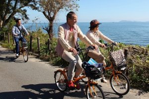 Relax with a bike ride around Takashima, with views of both the lake and mountains.