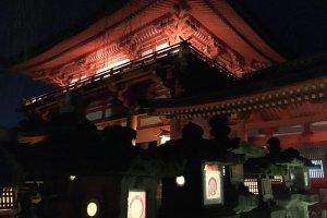 Lentera batu yang mengarah ke kuil utama
