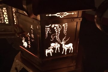 На бронзовой окантовке фонаря изображены олени Нары
