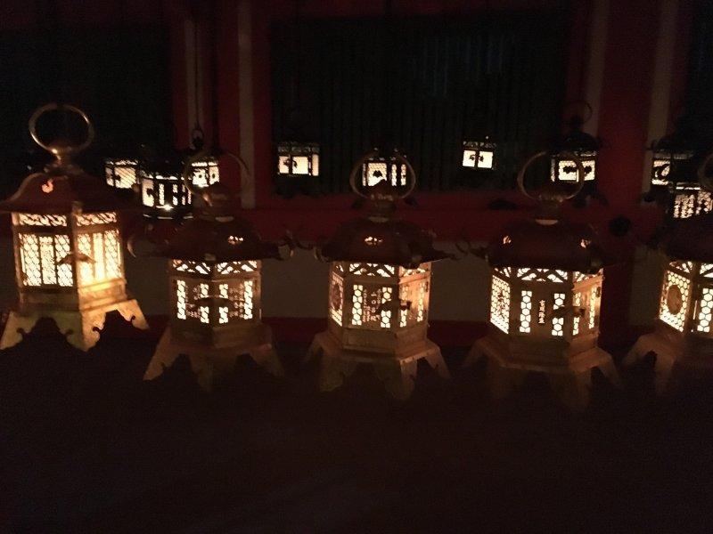 Подвесные фонари в главном зале