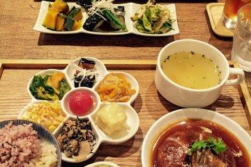 Probando diferentes platos en el restaurante Mumokuteki en Kioto