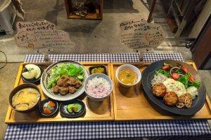 Comida de muestra en frente del restaurante Mumokuteki en Kioto