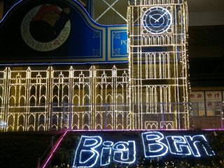 Big Ben di pintu masuk. Tema tahun ini membuat maskon kesayangan Sagamiko Resor, Paddington Bear, jadi lebih hidup di tengah-tengah seni pencahayaan dari tanah kelahirannya.