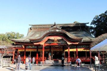 이곳은 방문객들이 존경을 표하고 행운을 기원하기 위해 오는 메인 사당입니다.