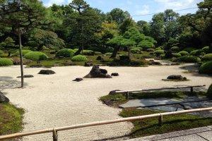 Сад камней в саду Юсиэн