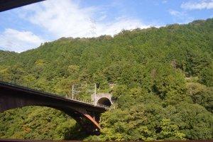 Jembatan yang menghubungkan dua bukit