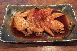 Les célèbres tebasaki karaage (elles sont servies dans une sauce, ce qui les rends moins sèches que dans d'autres restaurants)
