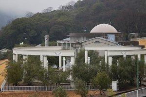 Tòa nhà nằm trong Công viên Olive, được xây dựng để kỷ niệm thành tựu và lịch sử sản xuất ô liu trên đảo Shodo
