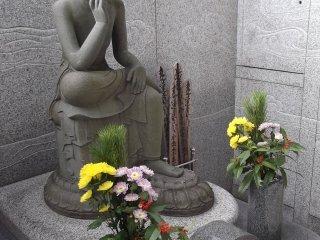 A contemplative statue at Joshun-ji