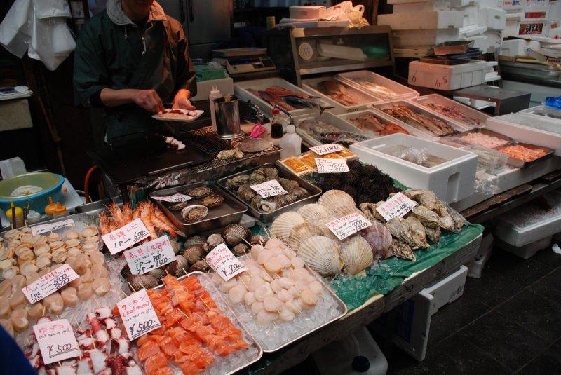생선과 해산물 꼬치를 구울 준비가 됐다.