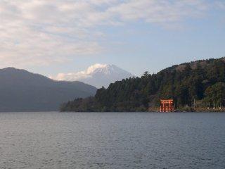 Gunung Fuji yang tampak perkasa. Tidak mudah untuk mendapatkan pemandangan ini, lho!