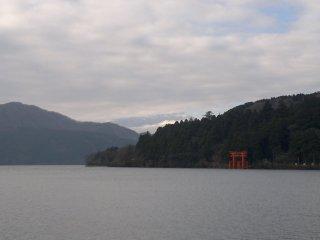 Lihat! Awan mulai bergerak dan bagian bawah Gunung Fuji mulai nampak!