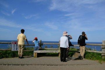 面对壮观地景色,很多照相机不停地闪烁。