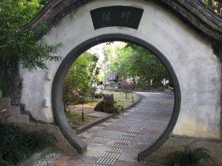ทางเดินรอบสวนมีประตูแบบนี้อยู่เป็นระยะๆ