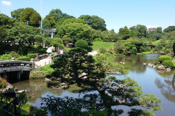 Hijau, warna latar alami Taman Suizenji pada musim panas