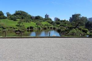 Penataan setiap benda disini menggambarkan Tokaido, rute terkenal yang menghubungkan Edo dengan Kyoto