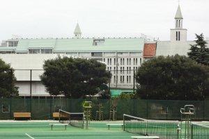 テニスコートの向こうは横浜雙葉高校