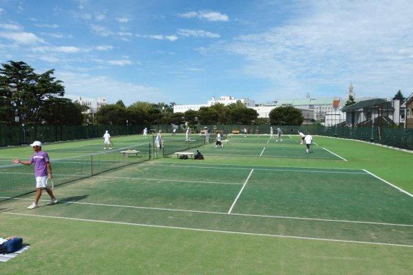 テニスを楽しむ人々