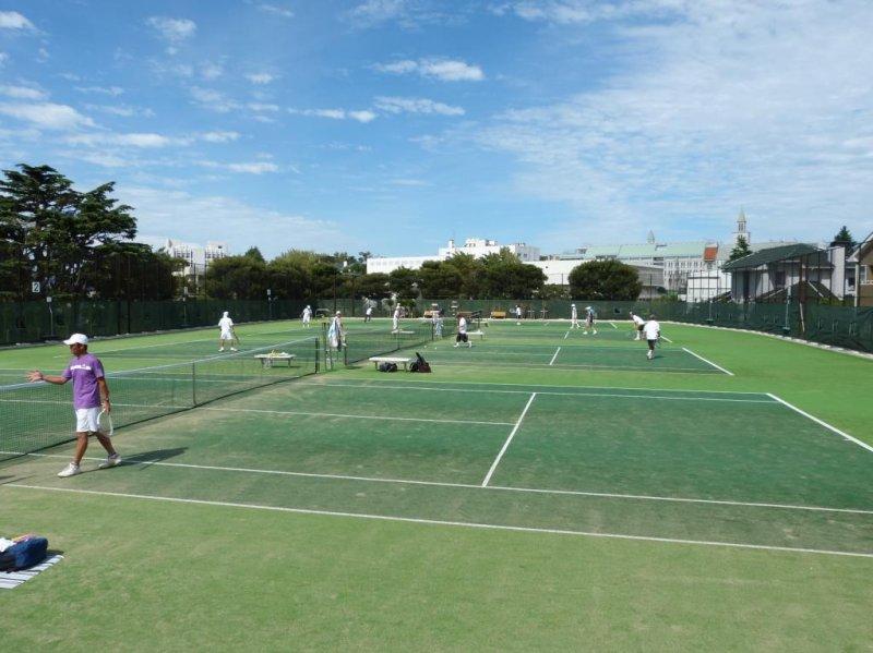 테니스를 즐기는 사람들