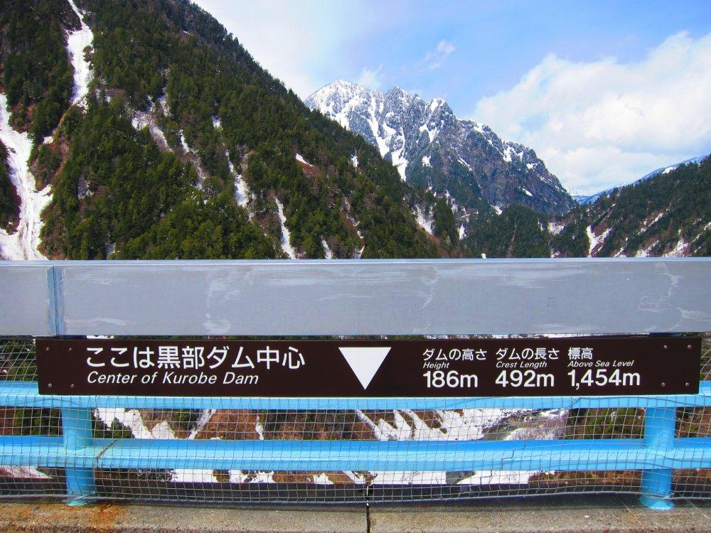 黑部水库的高度为186米,是日本第一。