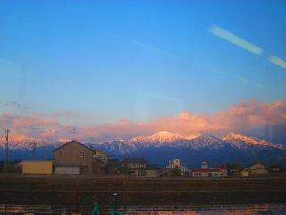 Admirez la neige qui recouvre le sommet des Alpes Japonaises