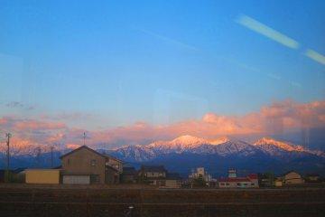 还能看到远处的雪山,风景实在迷人