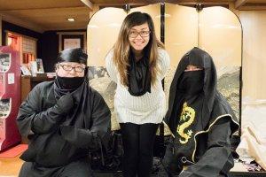 Foto bersama para awak dalam kostum ninja