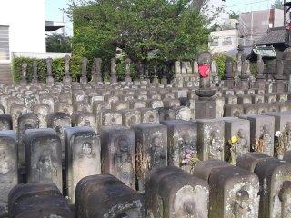 Khu vực này của ngôi đền trông như sân diễu hành vậy