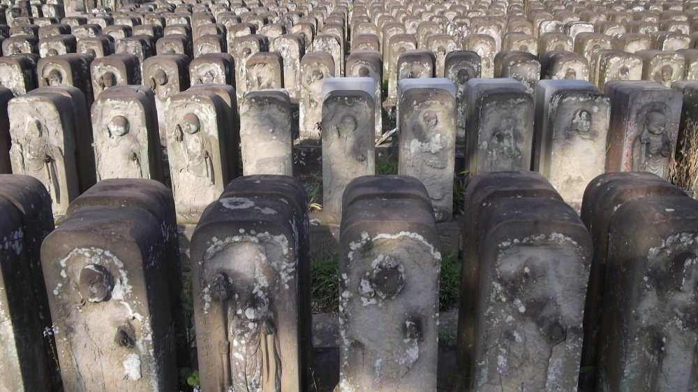 Hàng hàng lớp lớp những bức tượng đã bị phong hóa