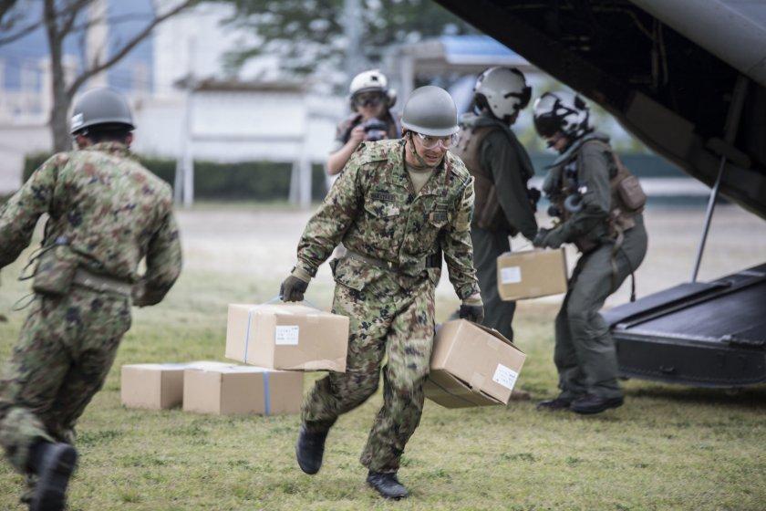 Membros do exército ajudam o Governo do Japão a apoiar os que foram afetados pelos recentes terramotos em Kumamoto, Japão