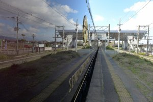 รถไฟสะท้อนเงาภูมิประเทศข้างทาง