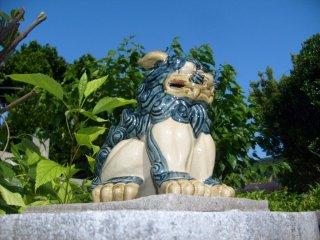 De nombreuses maisons sont gardées par des lions Shisa