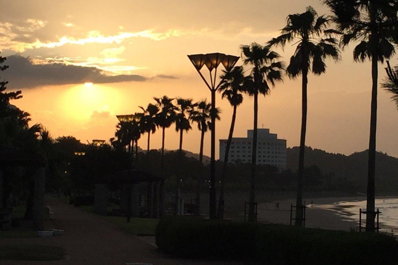 Le coucher de soleil au bord de la plage