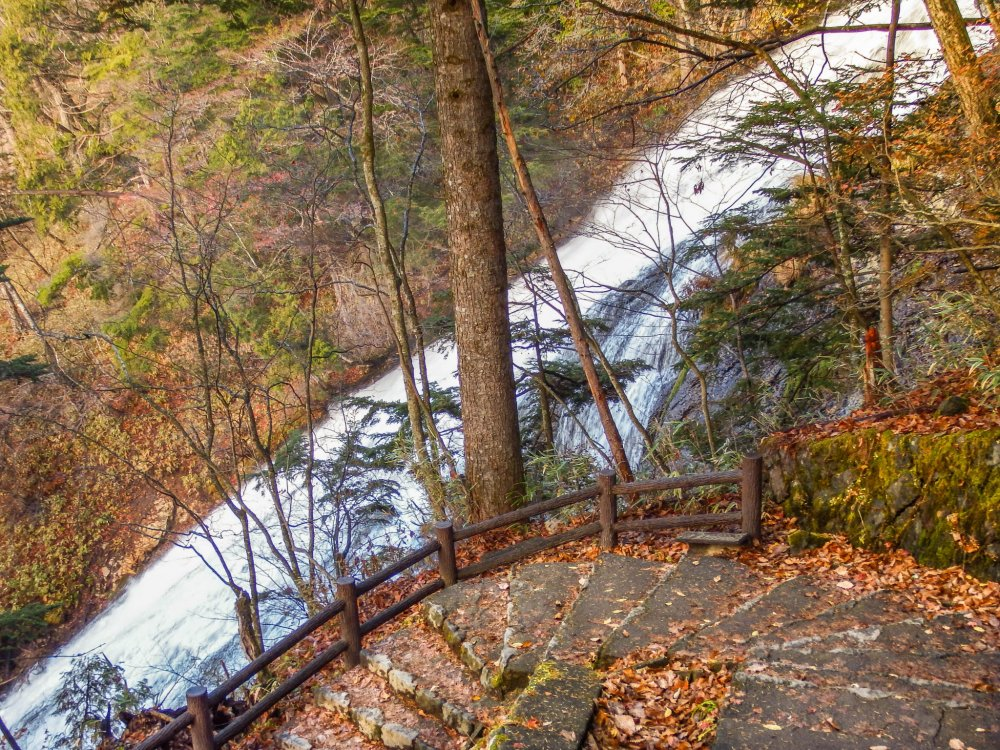 Located directly next to these falls is a footpath which will take you down to an observation deck