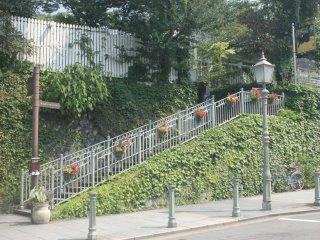 Trạm xe bus mang phong cách cổ điển dọc theo đường Kitano Ijinkan
