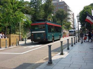 Xe buýt sẵn sàng đưa bạn đi một vòng quanh thành phố Kobe