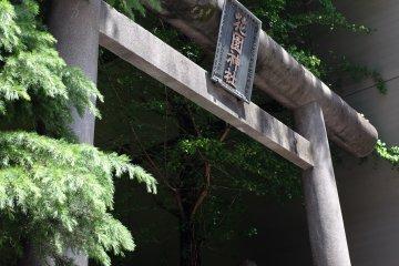 花園神社正門