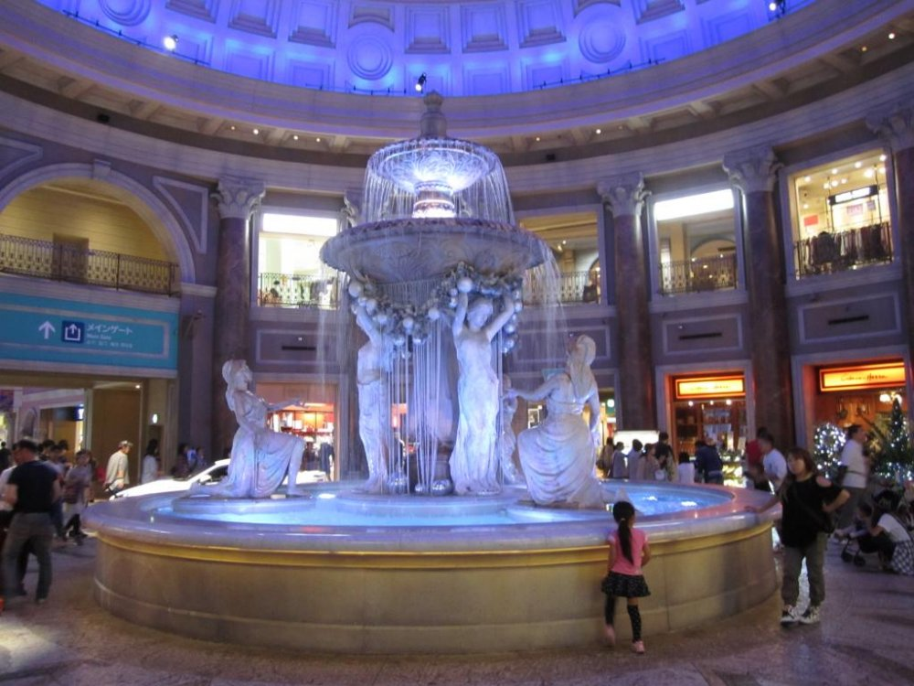 Fonte no meio do centro comercial